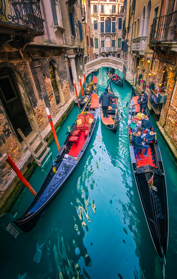 letsimage, phillip glombik, travel, travel photography, globetrotter, italy, italien, italiano, europe, venice, vertical, water, blue, boats, gondolas, gondola, boat, traffic, traffic jam, red, river, tourism